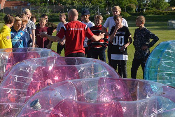 Der sættes hold til bumperball fodbold