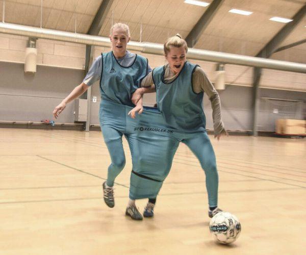 To piger i double trouble bukser spiller fodbold