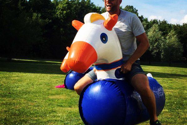 Oppustelig hest til hestevæddeløb