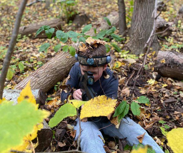Dreng spiller lasergame i skoven
