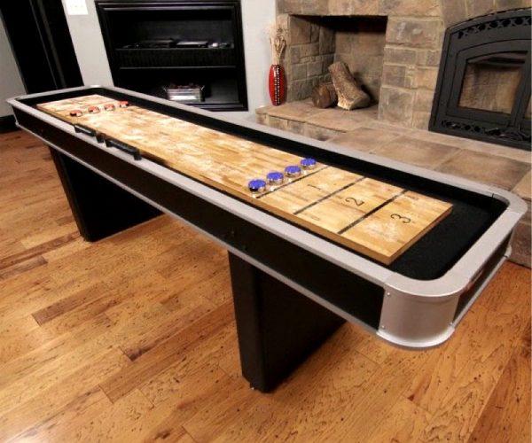 Langt shuffleboard i stue