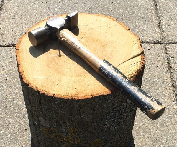Hammer og træstub står klar til et spil slå-søm-i-blok