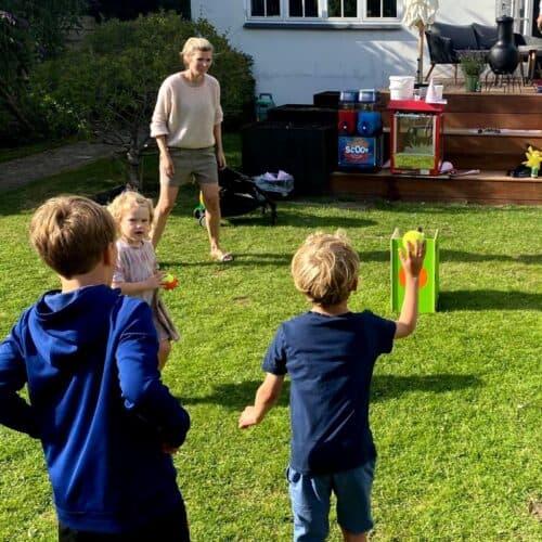 Børnefødselsdag i haven med flødebollekaster, Slush Ice maskine, popcornmaskine og meget mere