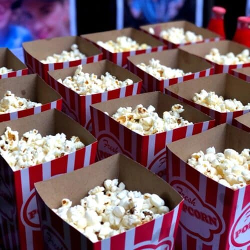 Varme popcorn i bægre