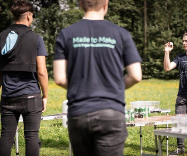 Udendørs dyst i et spil Beer Pong